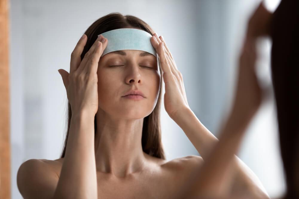 mujer tratamiento facial frente