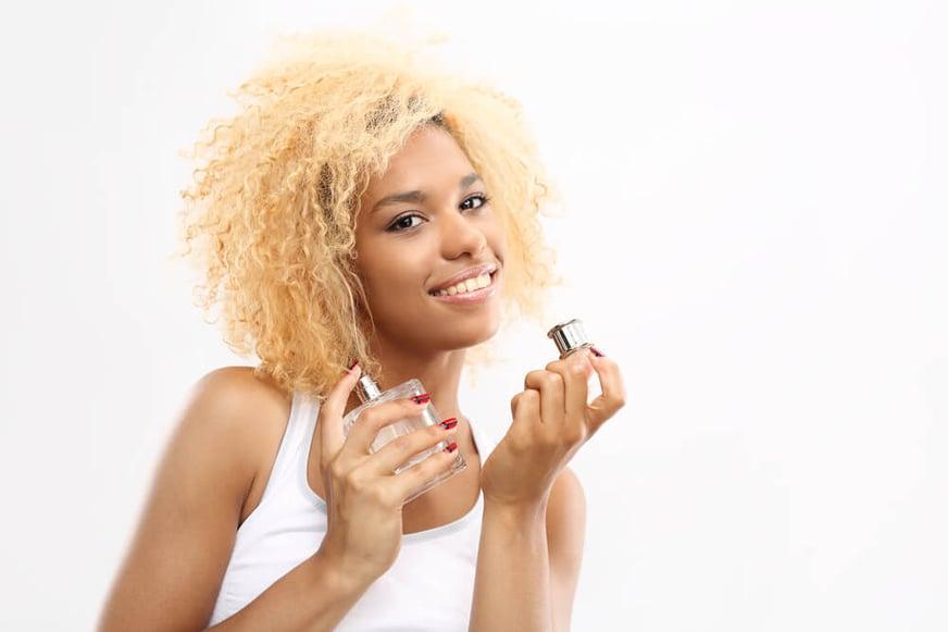 mujer usando perfume lancome